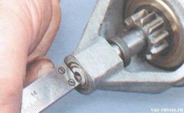 Замер осевого зазора у вала якоря который должен быть не более 0,5 мм