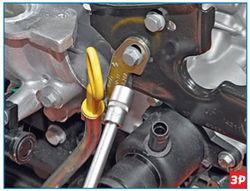 Снятие крепления кронштейна направляющей трубки указателя уровня масла Lada Largus