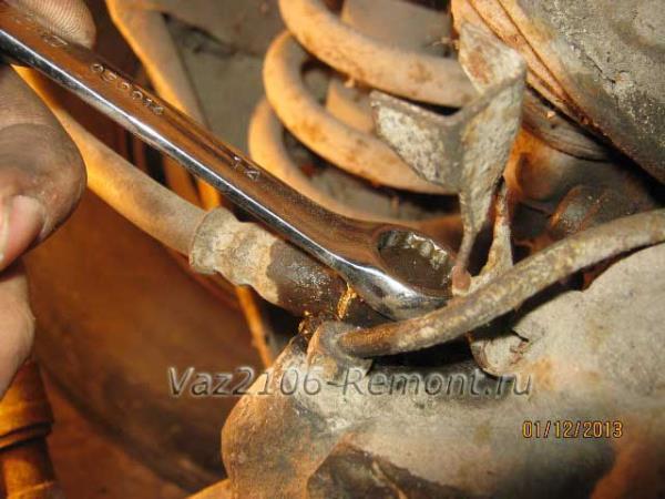 откручиваем болт крепления тормозного шланга рабочего цилиндра на ВАЗ 2106