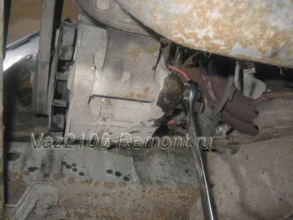 нижний болт крепления генератора на ВАЗ 2106