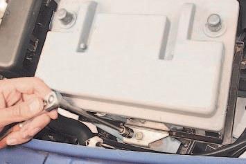 Отвинчивание болта крепления планки аккумуляторной батареи Lada Largus