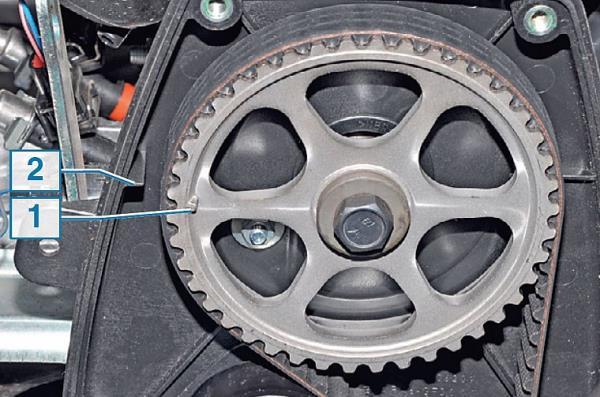 Совпадение меток на шкиве распредвала и задней крышке ремня ГРМ 8-клапанного двигателя Лада Гранта (ВАЗ 2190)