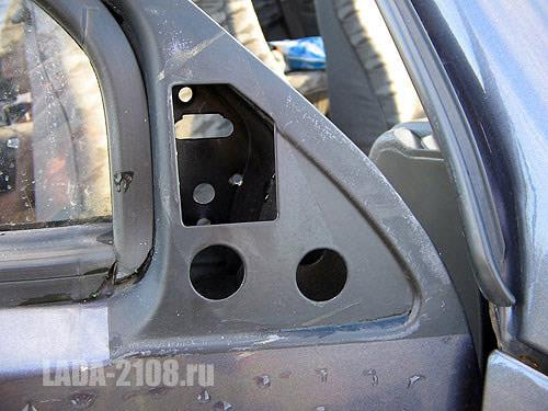 Вид на крепление зеркала ВАЗ-2108 снаружи