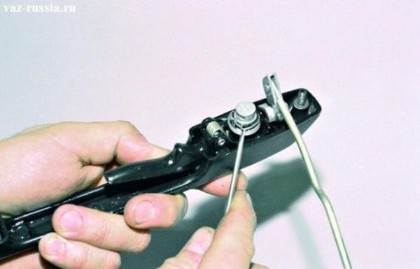 Поддевание отверткой, пружины личинки ручки