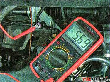 Включив зажигание, подсоединяем «плюсовой» щуп вольтметра к выводу А колодки жгута проводов