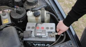 На фото - снятие минусовой клеммы на аккумуляторе ВАЗ 2114, v-lada.ru