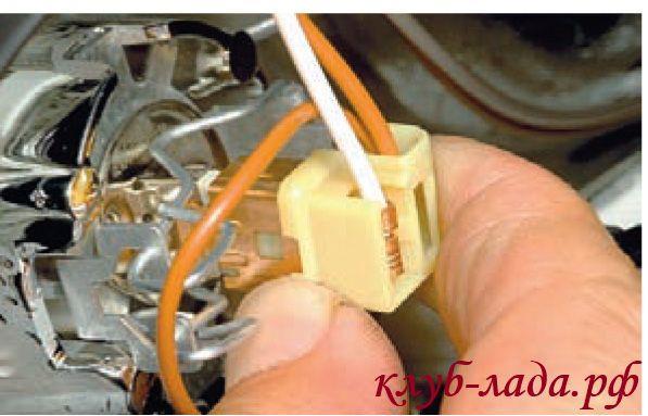 Отсоединить колодку проводов от лампы