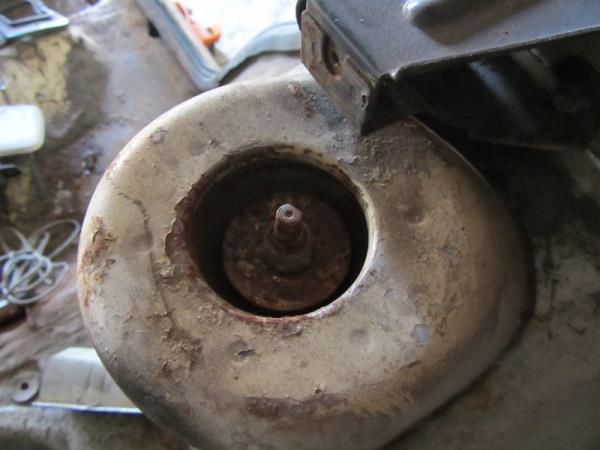 верхнее крепление задней стойки на ВАЗ 2110-2112