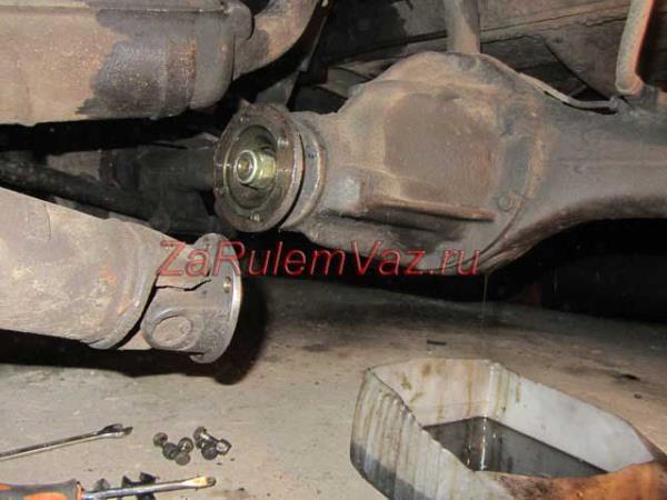 отсоединение кардана от заднего моста на ВАЗ 2101-2107