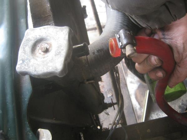 отсоединение шланга от расширительного бачка на ВАЗ 2107-2105