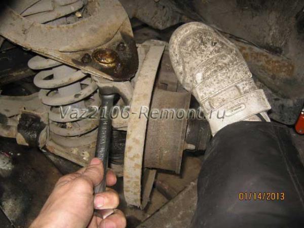 откручиваем крепление шаровой опоры к ступице на ВАЗ 2106