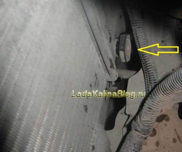 откручиваем пробку радиатора на Калине