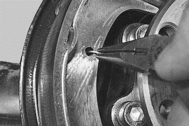Операции выполняемые при замене тормозных колодок тормозного механизма заднего колеса на автомобиле ВАЗ 2170 2171 2172 Лада Приора (Lada Priora)