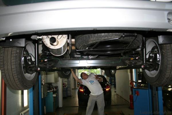Поднятый на подъемнике автомобиль Lada Largus