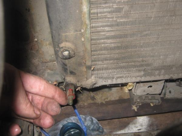 открутить пробку радиатора на ВАЗ 2101-2107