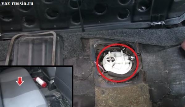 В круг обведено место где топливный модуль находиться, а стрелкой на маленьком фото показано место где он за подушкой заднего сиденья располагается