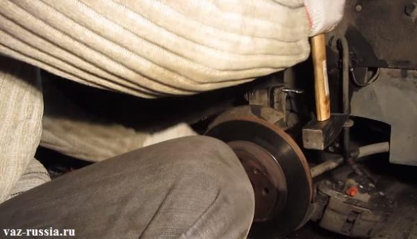 Выбивание диска с обратной стороны при помощи молотка