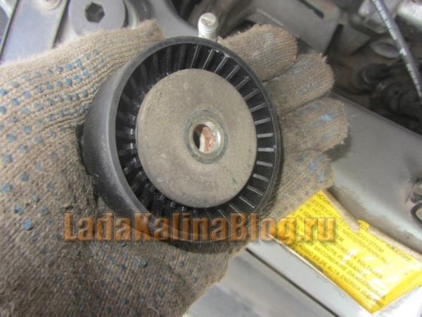 установка шайбы на натяжной ролика ремня генератора на калине