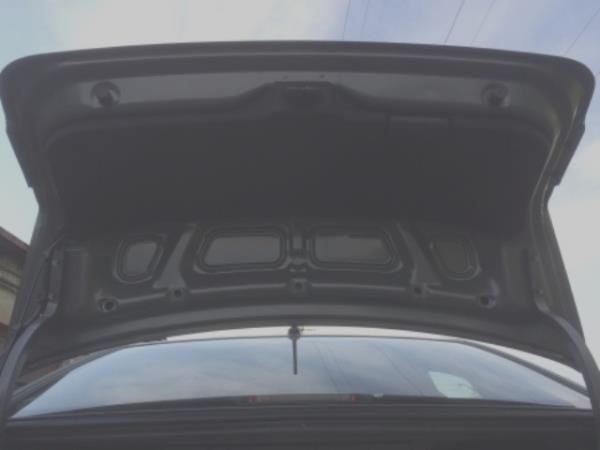 с обратной стороны багажника видим обшивку Kia Rio 3
