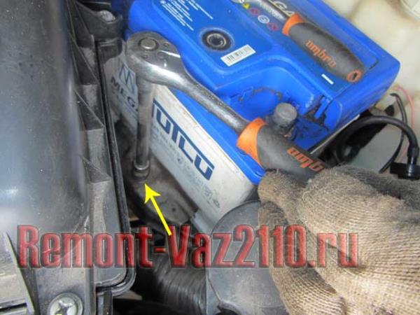 открутить крепление аккумулятора на ВАЗ 2110-2112