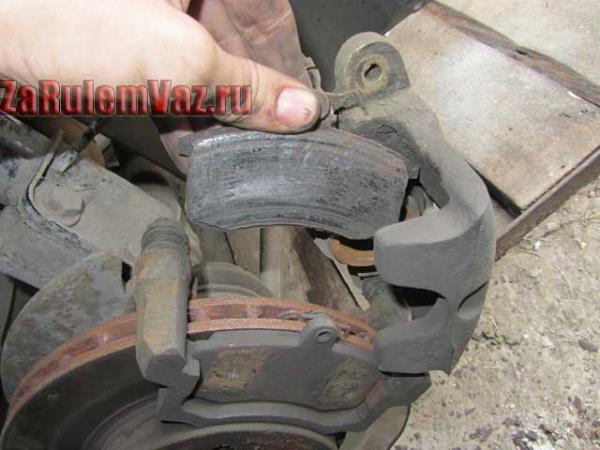 замена передних тормозных колодок на Гранте