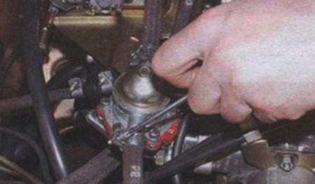 Ослабляем-хомут-топливного-шланга-на-ВАЗ-2108,-2109,-21099