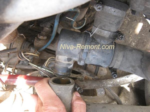 снимаем патрубки термостата на ВАЗ 2121 Нива