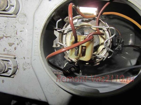 защелка крепления ламп ближнего и дальнего света на ВАЗ 2110-2112