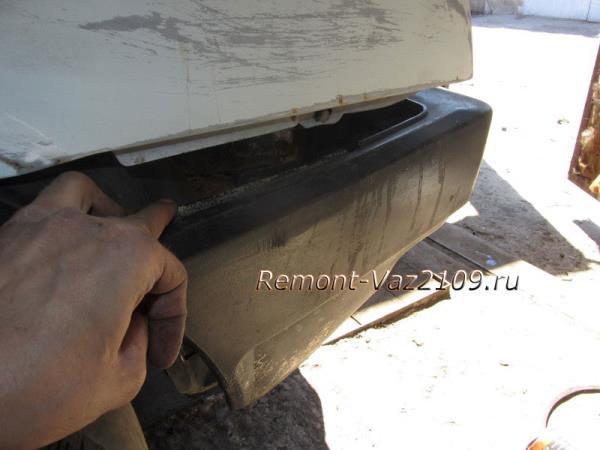 отводим боковины бампера в стороны ВАЗ 2109-2108