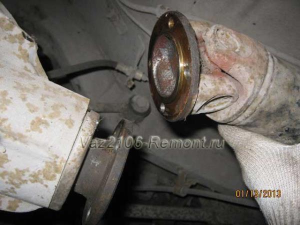 отсоединение одной части кардана на ВАЗ 2106
