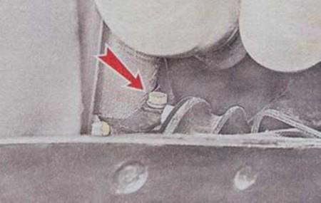 Откручиваем болт крепления щитка стартера на ВАЗ 2101, 2102, 2103, 2104, 2105, 2106, 2107
