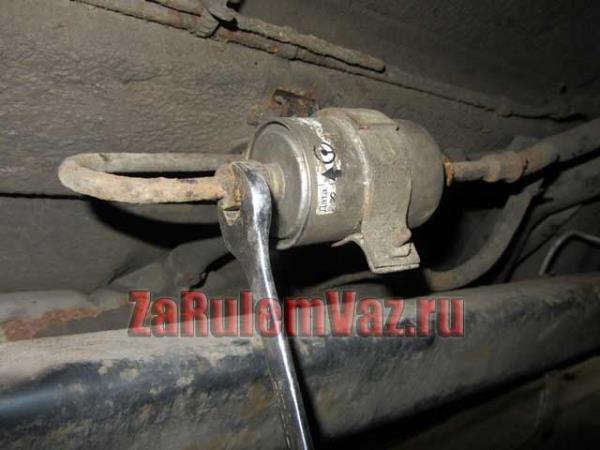 отсоединение топливных штуцеров от фильтра на ВАЗ 2114 и 2115