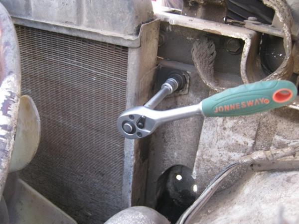 открутить радиатор на Ниве
