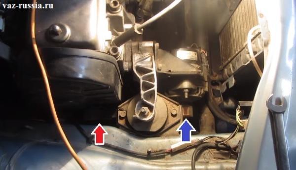 Размещение ремня генератора на 8 клапанных автомобилях, он кстати как вы можете видеть скрыт под подушкой крепления двигателя, поэтому снимать сверху его будет не очень удобно