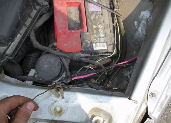 Теперь вытаскиваем провода