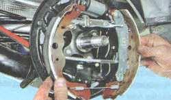 Задние тормозные колодки Лада Ларгус (снятие и замена)