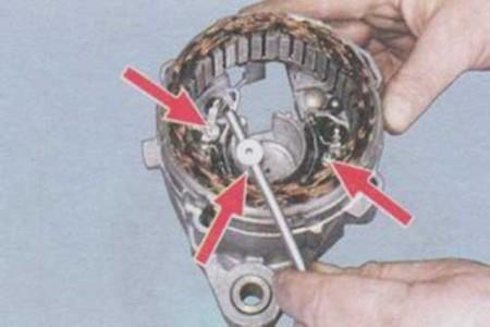 Откручиваем крепления статора генератора на ВАЗ 2108, 2109, 21099
