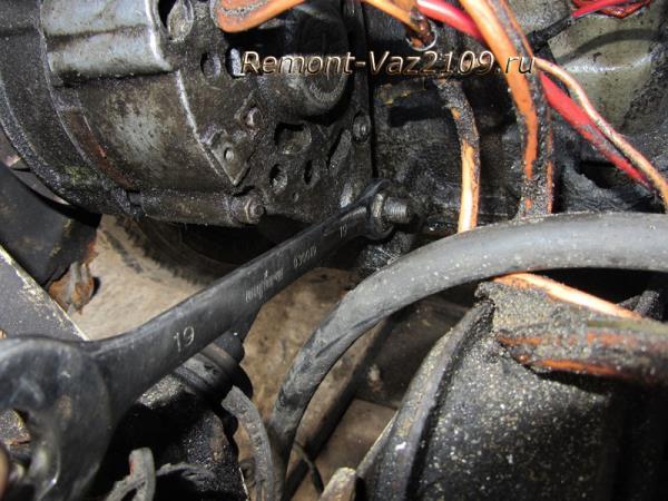 ослабление нижней гайки крепления генератора на ВАЗ 2109-2108