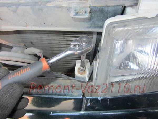 нижнее крепления фары ВАЗ 2110-2112