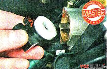 Снимаем датчик положения дроссельной заслонки с оси заслонки