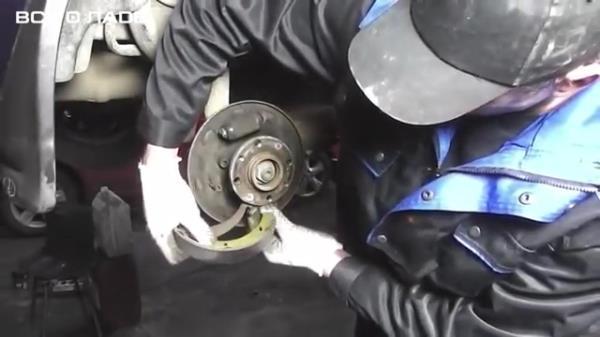 Зацепляем наконечник троса ручного тормоза