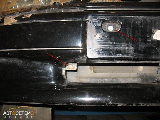 Откручивание четырех винтов спереди автомобиля