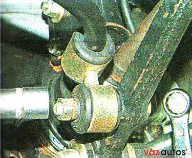 Двумя ключами на 17 мм отворачиваем гайку болта крепления стойки стабилизатора к поперечному рычагу