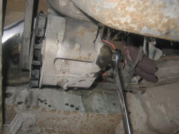 открутить нижний болт генератора на Ниве ВАЗ 2121