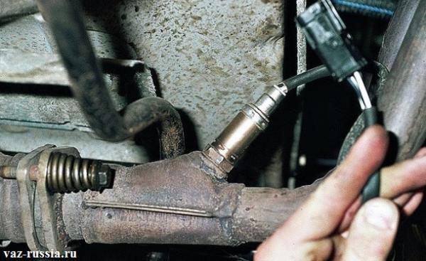 Продевание в глубь двигателя жгута проводов, и соединение его с колодкой
