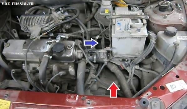 Примерное местонахождение троса сцепления показано на фотографии, а так же на ней красной стрелкой изображена коробка