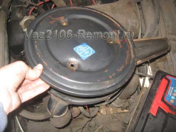снимаем крышку воздушного фильтра на автомобиле ВАЗ 2106