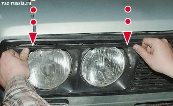 Снятие облицовки передних фар автомобиля