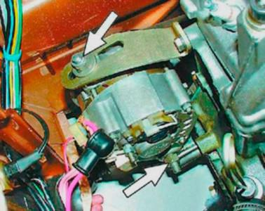 Ослабляем натяжение ремня генератора на ВАЗ 2108, 2109, 21099