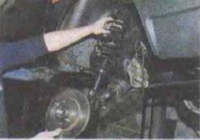 Zamena-pruzhiny-perednej-podveski-avtomobilja 22
